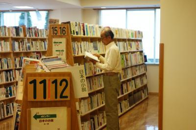 図書館で勤務する西川さん