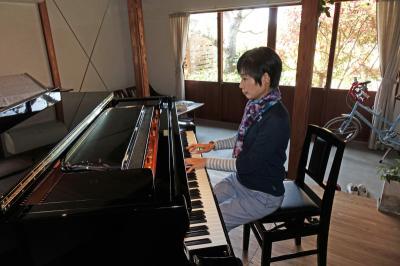 ピアノを弾く古賀さん